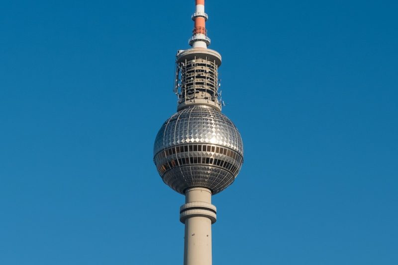 die kreuzförmige Reflektion auf der Kugel des Fernsehturms